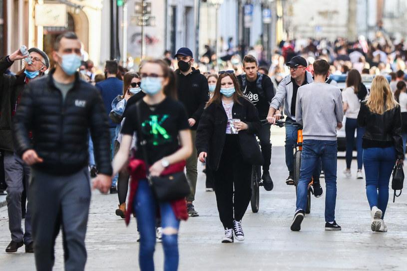 Ludzie w maseczkach; zdj. ilustracyjne /Beata Zawrzel/REPORTER /East News
