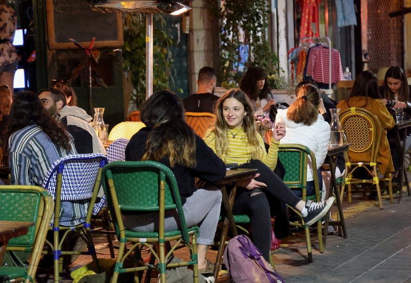 Ludzie w restauracji w Tel Awiwie /Emmanuel Dunand/AFP /AFP