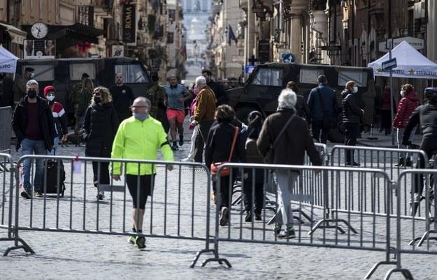 Ludzie w Rzymie /ANGELO CARCONI /PAP/EPA