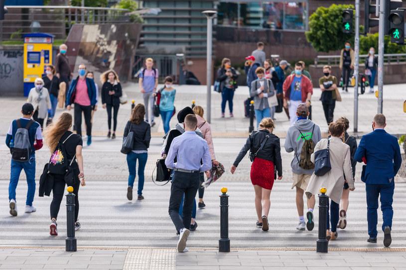 Ludzie wciąż wierzą, że będzie po staremu, że transfery społeczne będą płynąć, a praca na miarę wykształcenia, kompetencji i doświadczenia się znajdzie. / Arkadiusz Ziolek /East News