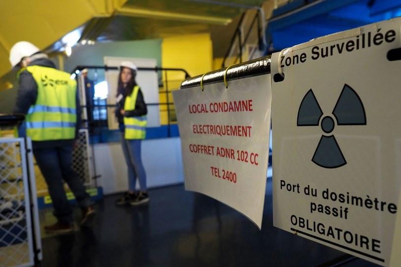 Ludzie widoczni na zdjęciu zwiedzają nieczynną elektrownię jądrową we Francji. Zdjęcie ilustracyjne /GUILLAUME SOUVANT /AFP