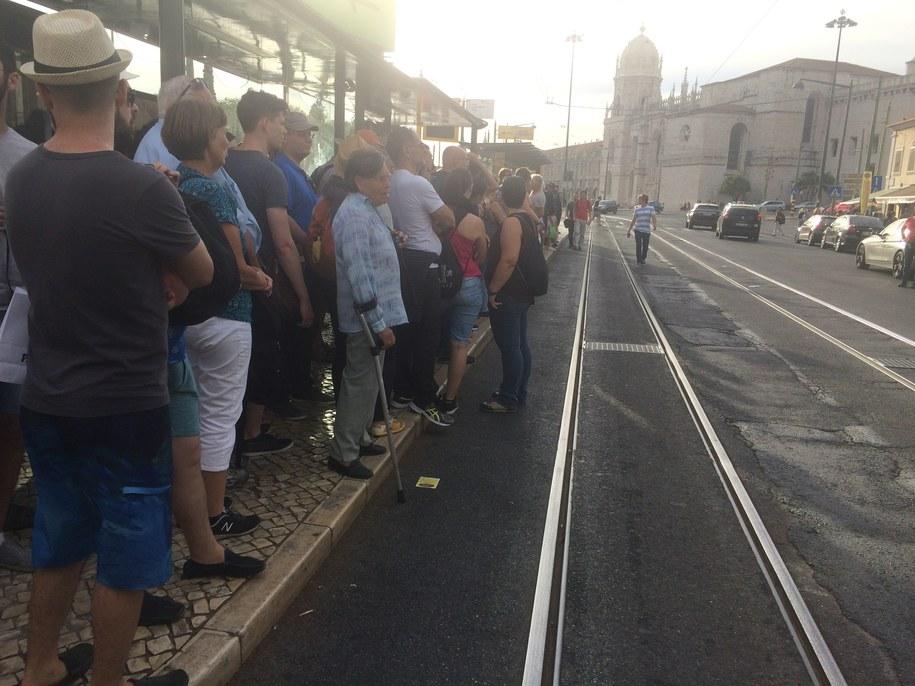 Ludzie wręcz wylewają się na jezdnię, czekając na łaskawy, pusty tramwaj /Patryk Serwanski /RMF FM