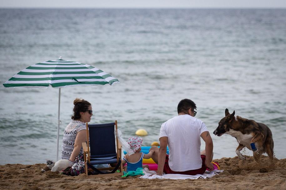 Ludzie wypoczywający na barcelońskich plażach /ENRIC FONTCUBERTA /PAP/EPA