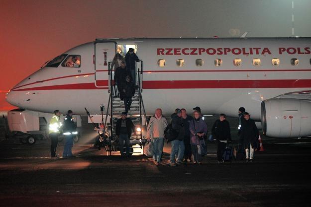 Ludzie wysiadają z samolotu rządowego, fot. Leszek Szymański /PAP