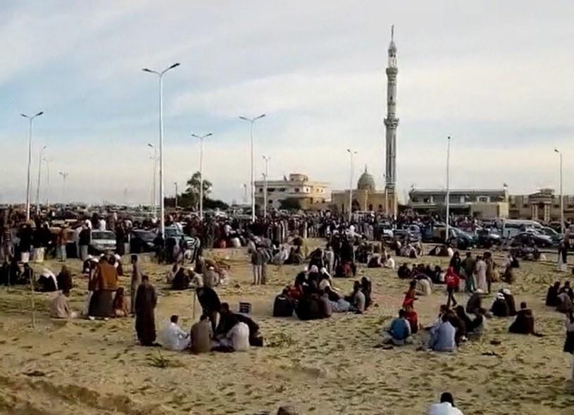 Ludzie zbierający się przed meczetem w Bir al-Abd /STR /PAP/EPA