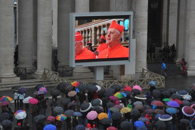 Ludzie zebrani na placu św. Piotra /AFP