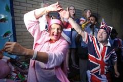 Ludzie zebrani pod Pałacem Buckingham szaleli ze szczęścia