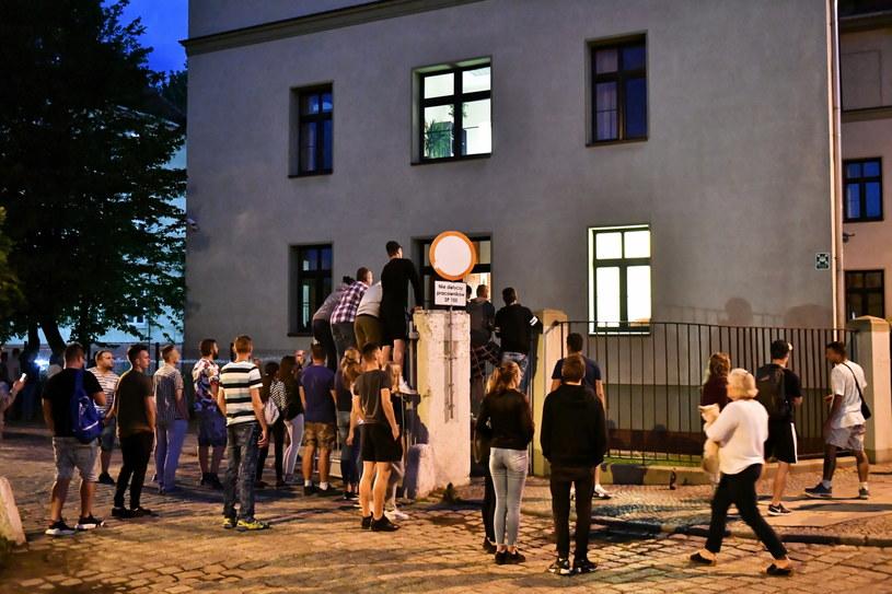 Ludzie zgromadzeni przed prokuraturą w Świdnicy / Maciej Kulczyński    /PAP