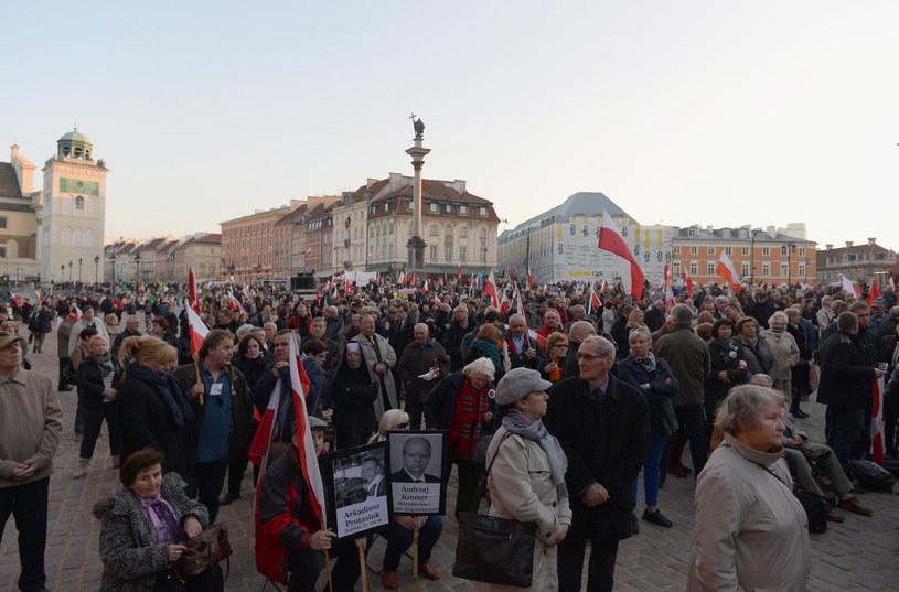 Ludzie zgromadzenie na pl. Zamkowym w Warszawie oglądają wyświetlaną na telebimie transmisję mszy św. /Marcin Obara /PAP