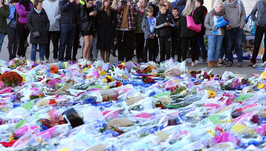 Ludzie zostawiają kwiaty przy stadionie, gdzie doszło do tragedii /Tim Keeton /PAP/EPA