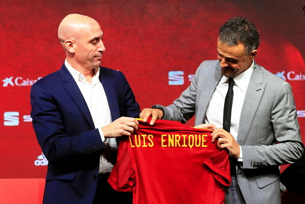 Luis Enrique (po prawej) ponownie zaprezentowany jako selekcjoner reprezentacji Hiszpanii /PAP/EPA/BALLESTEROS /PAP/EPA