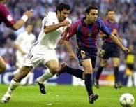 Luis Figo w pogoni za Xavim Hernandezem