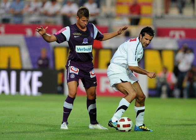Luis Figo (z prawej) to jeden z najlepszych piłkarzy w historii /AFP
