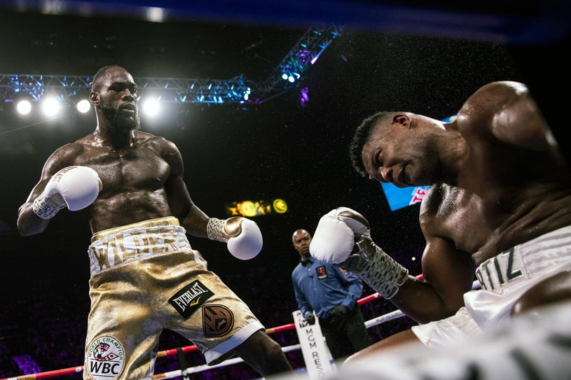 Luis Ortiz pada na ring po ciosie Deontaya Wildera /PAP/EPA