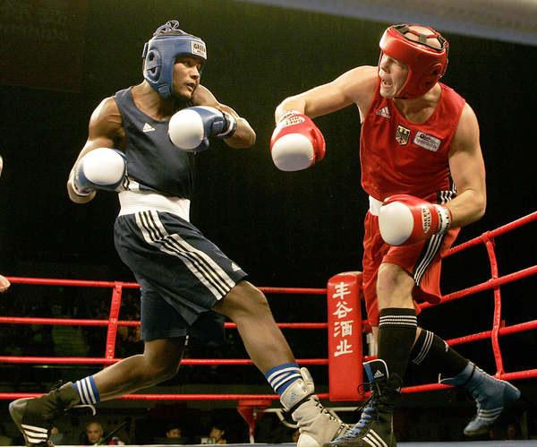 Luis Ortiz (z lewej) stoczył ponad 350 walk w karierze amatorskiej /AFP