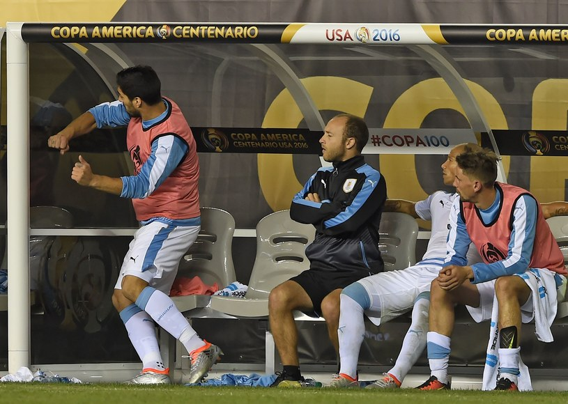 Luis Suarez po przegranej wyżywał się na ławce rezerwowych /AFP