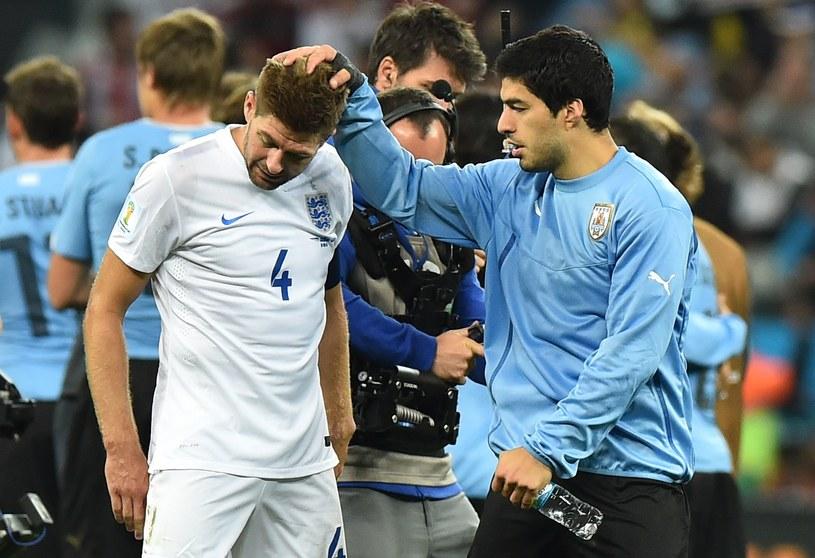 Luis Suarez pociesza po meczu kolegę z Liverpoolu, Stevena Gerrarda /AFP