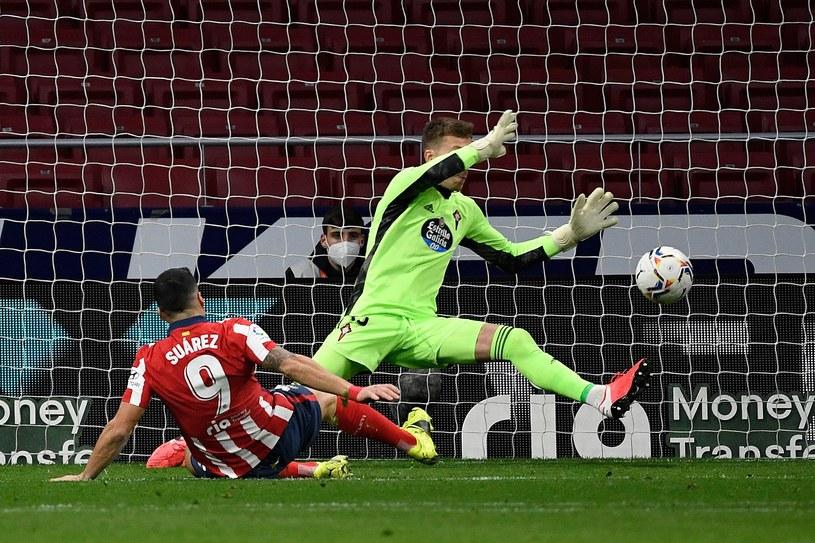Luis Suarez strzela gola dla gospodarzy /AFP