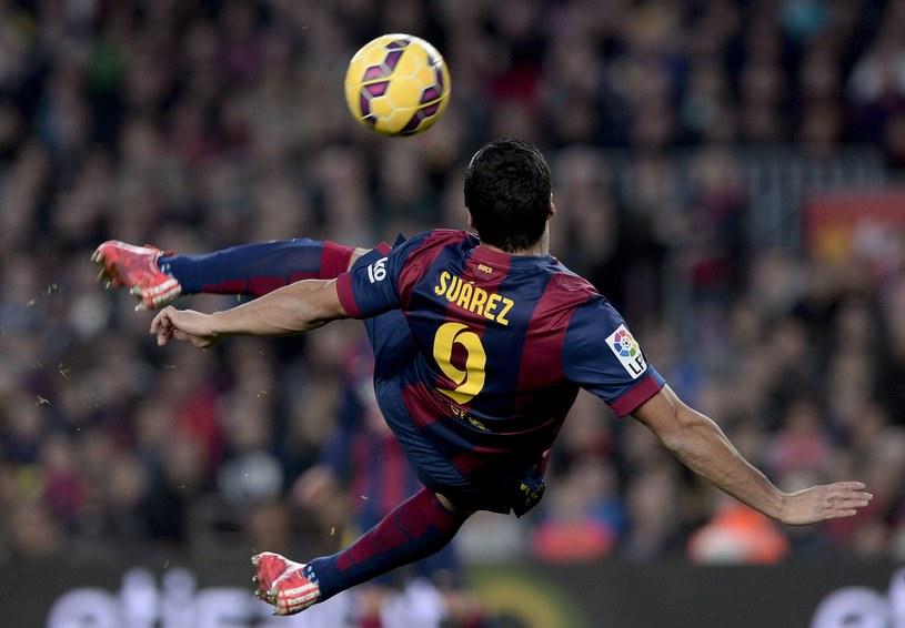Luis Suarez strzela pięknego gola dla Barcelony w meczu z Levante /AFP