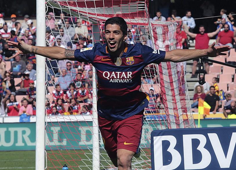 Luis Suarez triumfuje. W ostatnim meczu kolejki skompletował hat-tricka, a w całym sezonie zdobył 40 goli /PAP/EPA