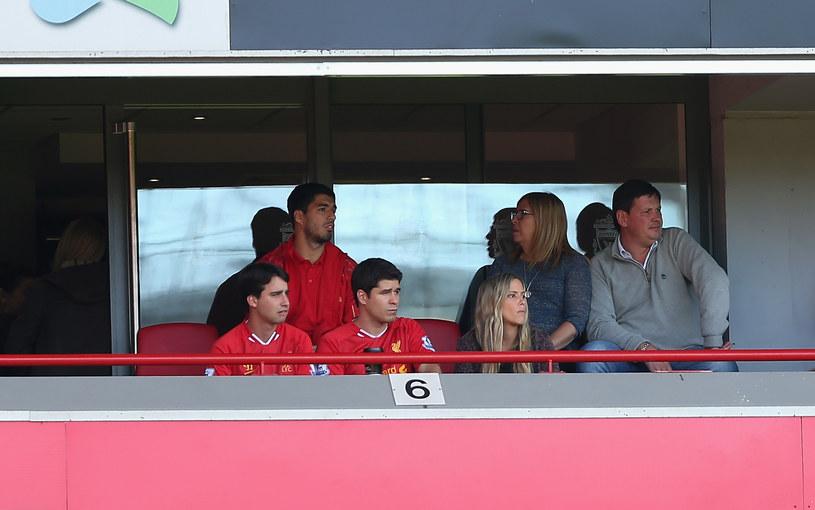 Luis Suarez (w czerwoym stroje w tle) mecze Liverpoolu mógł tylko oglądać z trybun /Clive Brunskill /Getty Images