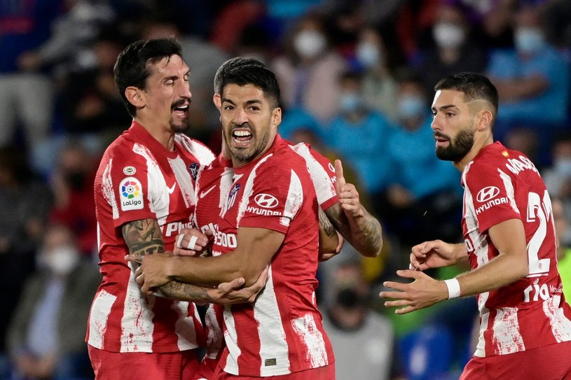 Luis Suarez (w środku), wraz z kolegami, celebruje zwycięskiego gola /AFP