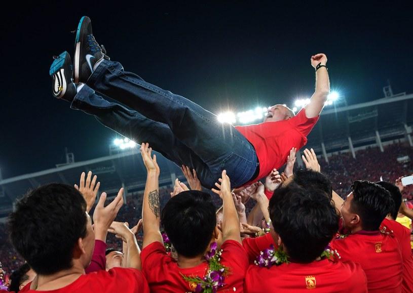 Luiz Felipe Scolari podrzucany przez piłkarzy Evergande Kanton /AFP