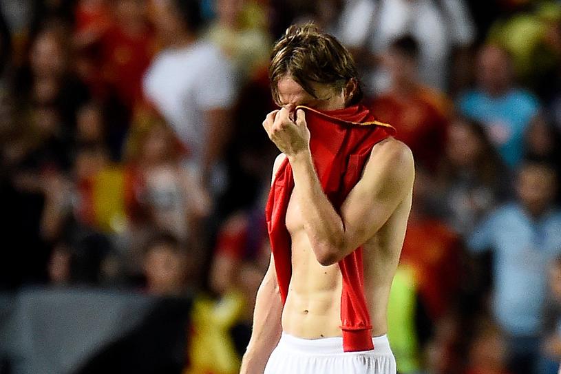 Luka Modrić po klęsce z Hiszpanią (0-6). Teraz ma kolejne kłopoty. /AFP