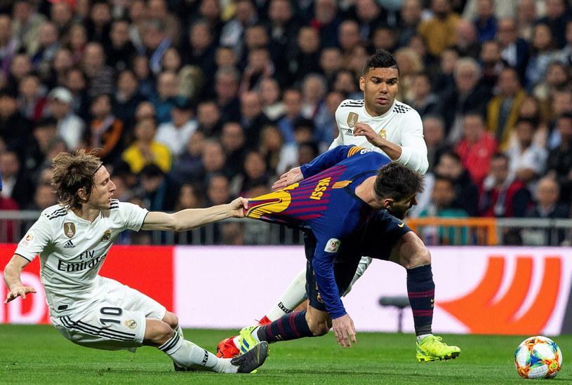 Luka Modrić szarpie za koszulkę Lionela Messiego /Rodrigo Jimenez /PAP/EPA
