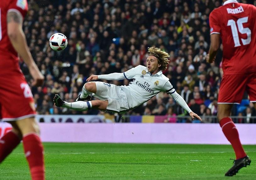 Luka Modrić z Realu strzela na bramkę Sevilli /AFP