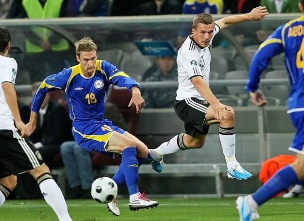 Lukas Podolski (w białym stroju) strzelił gola i zaliczył asystę /AFP
