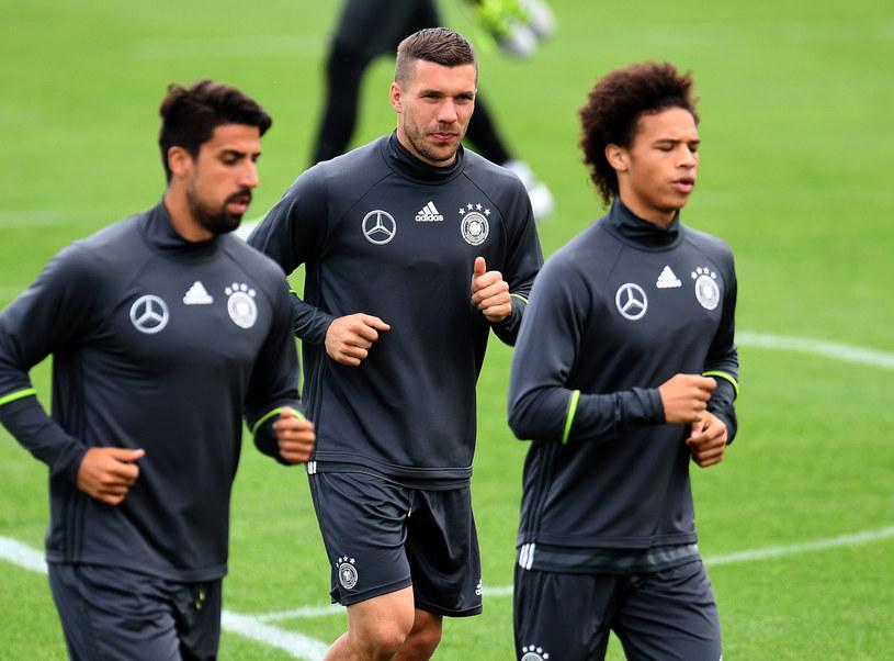 Lukas Podolski (w środku) już trenuje /AFP