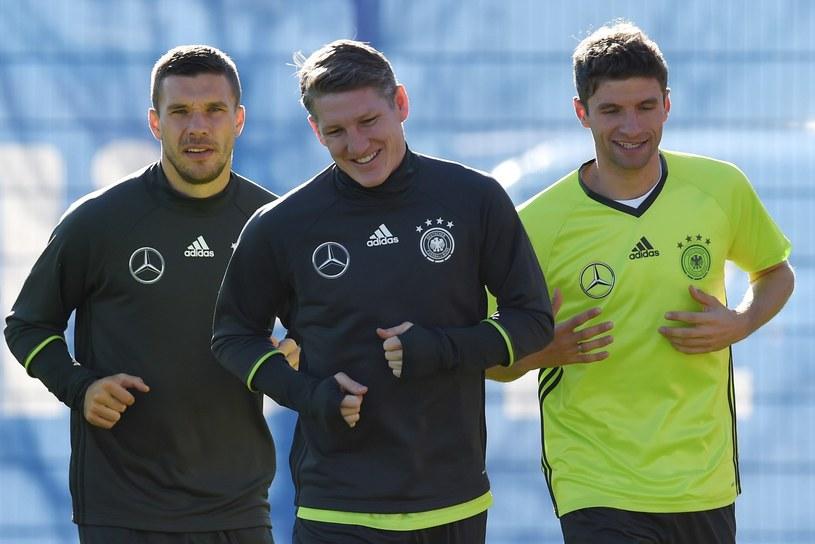 Lukas Podolski (z lewej), Bastian Schweinsteiger (w środku) podczas treningu na Euro 2016 /AFP