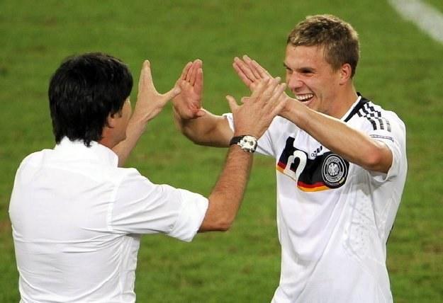 Lukas Podolski (z prawej) cieszy się zaufaniem selekcjonera Joachima Loewa /AFP