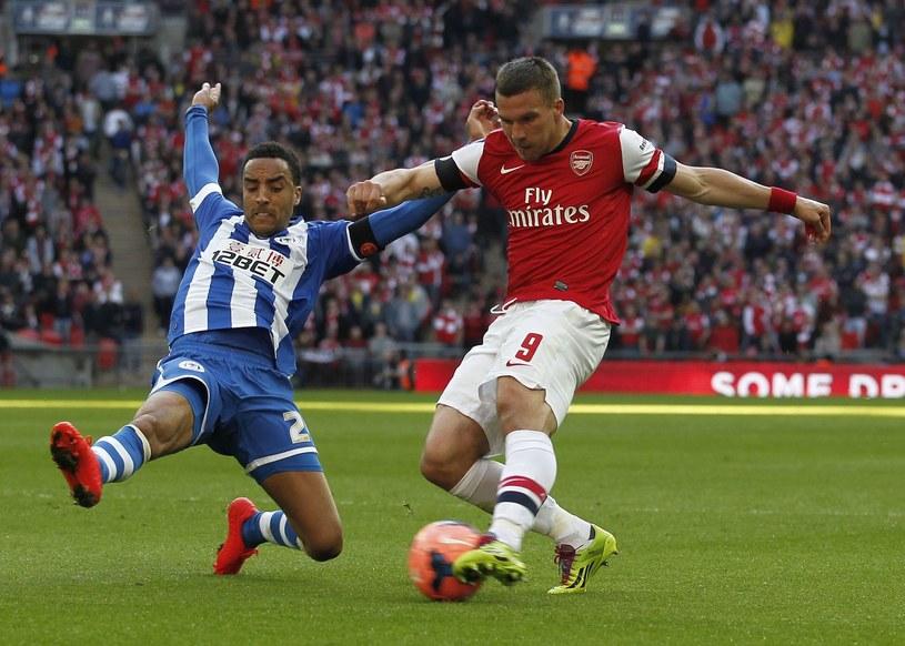 Lukas Podolski (z prawej) coraz rzadziej gra w Arsenalu /AFP