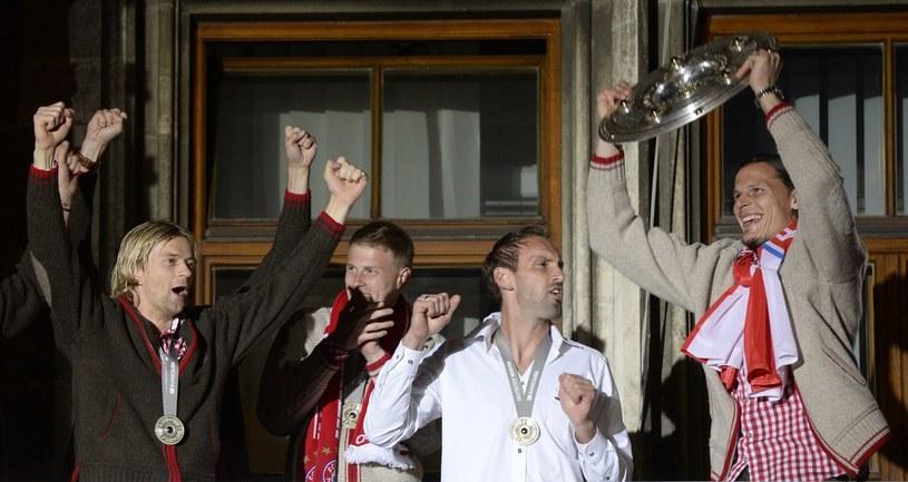 Lukas Raeder (drugi od lewej) w towarzystwie kolegów z Bayernu Monachium /AFP