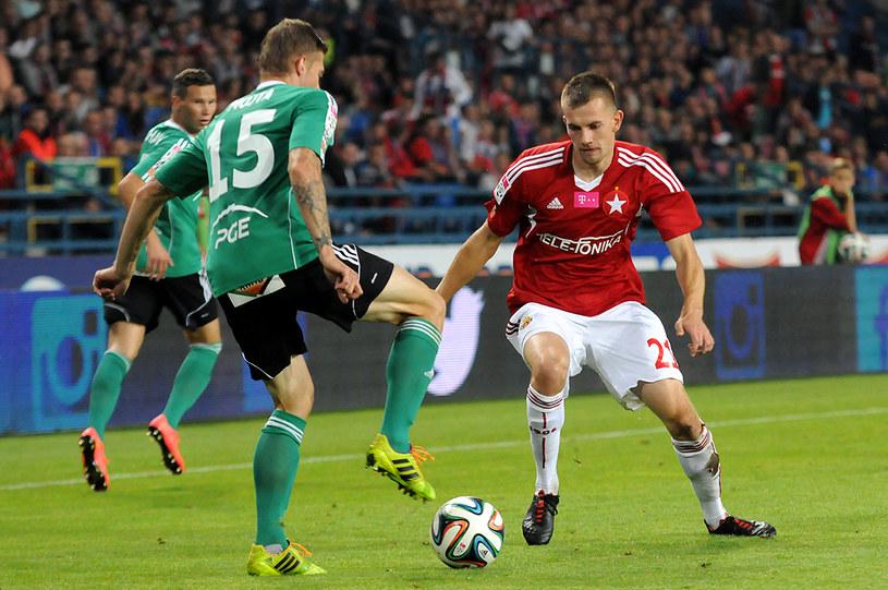 Łukasz Burliga (z prawej) w meczu z GKS-em Bełchatów. /Joanna Żmijewska /INTERIA.PL