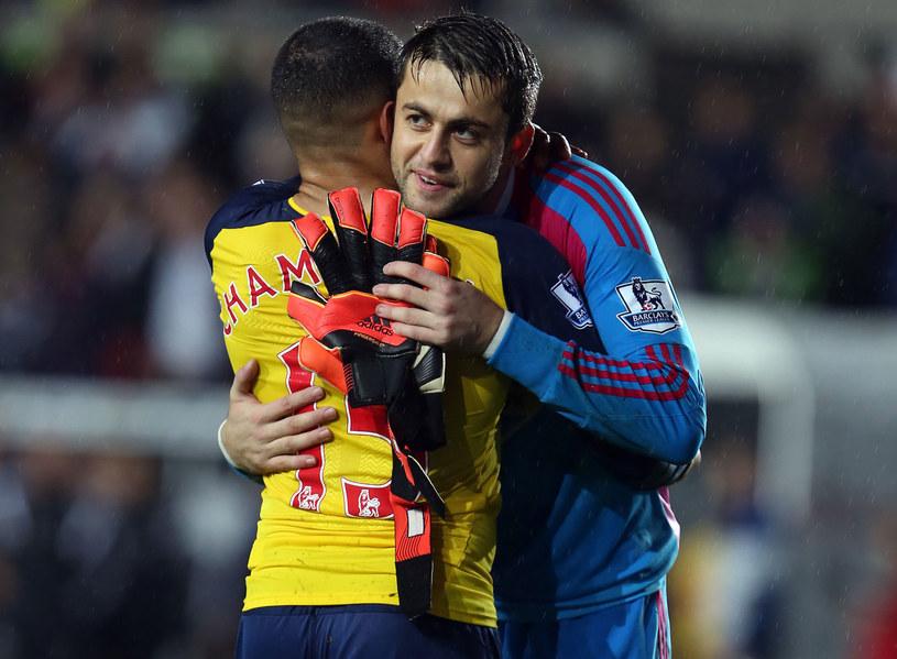 Łukasz Fabiański ściska się z Aleksem Oxladem-Chamberlainem po niedzielnym meczu Swansea z Arsenalem /AFP