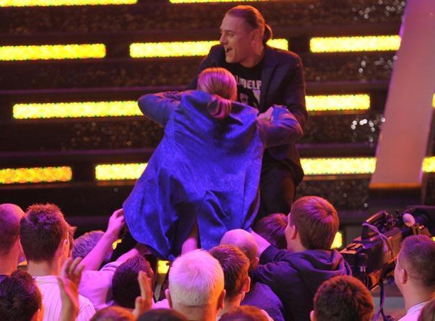 Łukasz Golec wyciąga brata z publiczności po jego skoku /AKPA