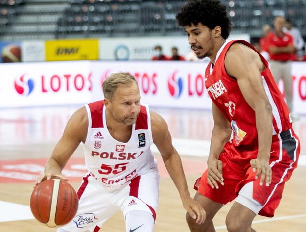 Łukasz Koszarek (L) i Tunezyjczyk Belhassen Chihi (P) podczas meczu towarzyskiego koszykarzy w Gliwicach /Andrzej Grygiel /PAP