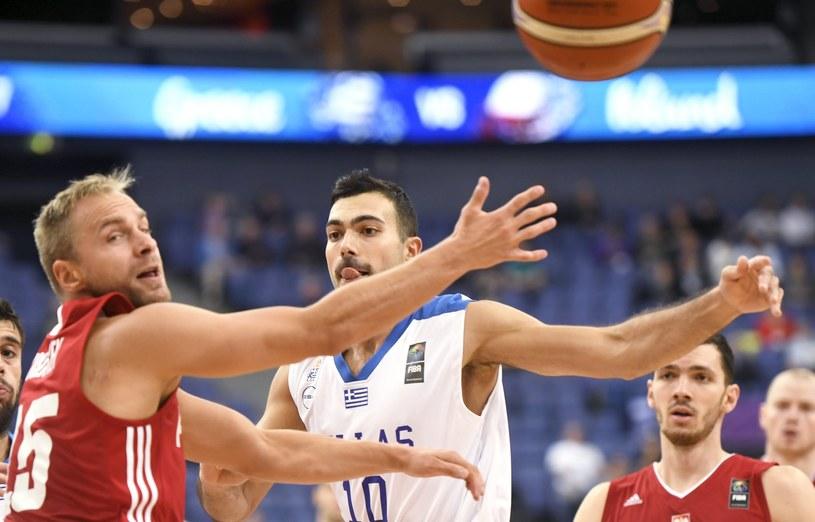 Łukasz Koszarek (z lewej) i Grek Kostas Sloukas /AFP