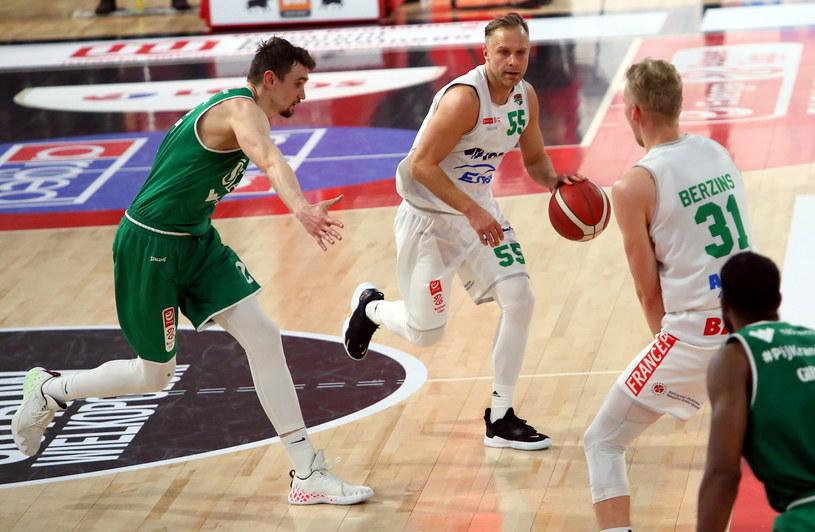 Łukasz Koszarek (z piłką) /Tomasz Wojtasik /PAP