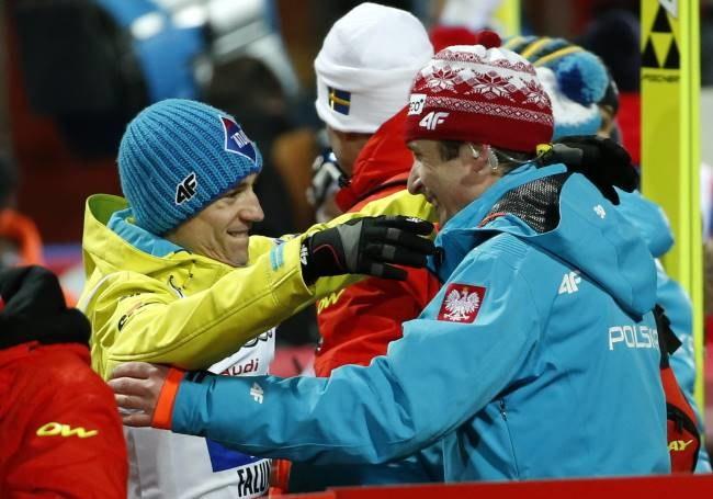 Łukasz Kruczek (z prawej) cieszy się z Kamilem Stochem z brązowego medalu MŚ /Grzegorz Momot /PAP