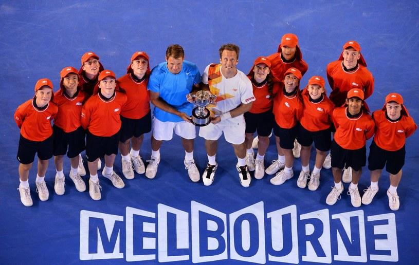 Łukasz Kubot (w niebieskiej koszulce) z Robertem Lindstedtem i pracownikami turnieju po triumfie w Australian Open. /AFP