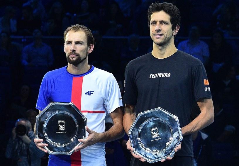 Łukasz Kubot (z lewej) po odebraniu pamiątki za udział w finale ATP Finals w Londynie /AFP