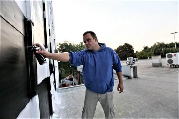 """Łukasz Lenda """"nakręcający kulturę"""" na gmachu Nowohuckiego Centrum Kultury /NOUDE /RMF24"""