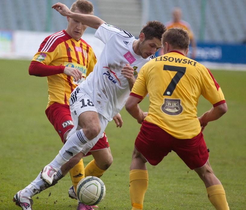 Łukasz Madej (z piłką) w starciu z dwoma piłkarzami Korony /Fot. Michał Walczak /PAP
