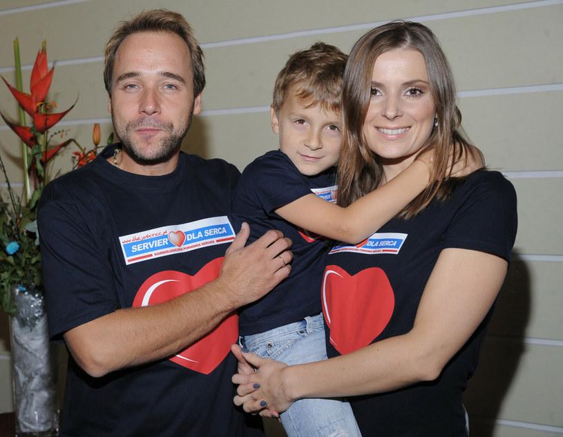 Łukasz Nowicki i Halina Mlynkova pozują z synem Piotrem, 2010 r. /VIPHOTO /East News