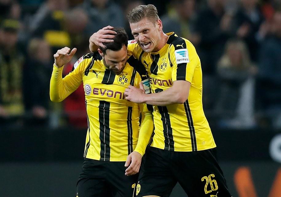 Łukasz Piszczek cieszy się z Gonzalo Castro z jego gola w ligowym meczu Borussii z SV Hamburg /Friedemann Vogel /PAP/EPA