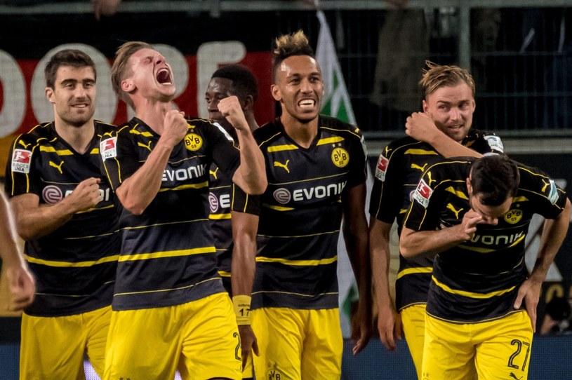 Łukasz Piszczek (drugi z lewej) cieszy się z gola dla Borussii Dortmund /PAP/EPA